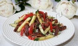 Салат из жареной говядины с ореховой заправкой. Рецепт приготовления