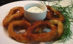 Кольца кальмара в сухарях с белым соусом