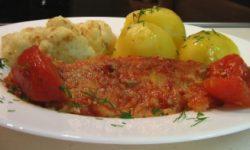 Рыба запеченная с томатами в собственном соку
