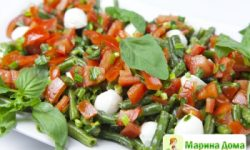 Салат из зеленой фасоли с помидорами и базиликом