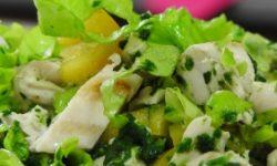 Куриный салат со шпинатом