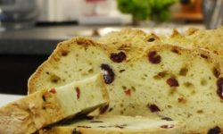 Содовый хлеб с розмарином и клюквой