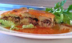 Запеканка картофельная с мясом под красным соусом