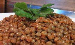 Чечевица с маслом, томатом и луком