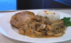 Курица с грибами и луком пореем