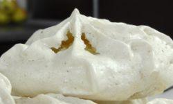 Пирожное безе с вафлями и орехами