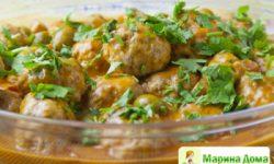 Фрикадельки с беконом в соусе с ветчиной и оливками
