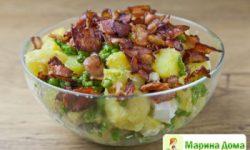 Теплый салат-гарнир с картофелем, фасолью и сыром с голубой плесенью