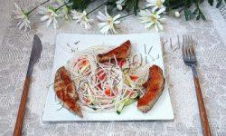 салат с рисовой вермишелью и жареной курицей. Рецепт приготовления
