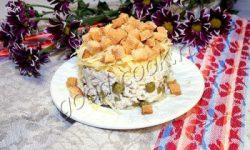 куриный салат с горошком, сыром и сухариками. Рецепт приготовления